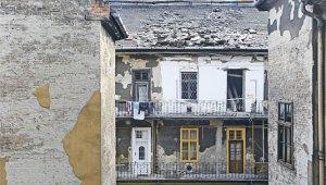 Segítséget kaphatnak az életveszélyes házak lakói